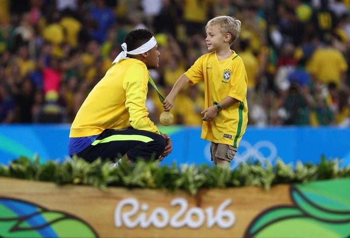 David Lucca segura a tão sonhada medalha de ouro do pai (Foto: Paul Gilham/Getty Images)