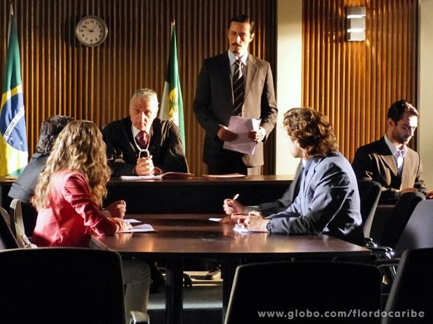 A loira enfrenta Alberto no tribunal (Foto: Flor do Caribe/TV Globo)