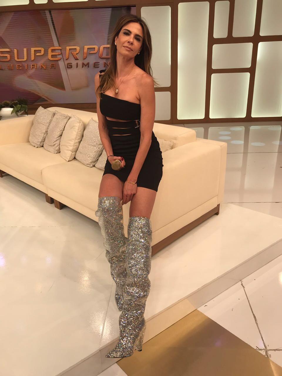 """Luciana Gimenez usa """"a"""" bota de cristal da YSL  (Foto: Divulgação)"""