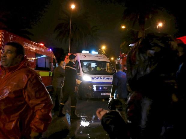 Ambulâncias são vistas após ataque em um ônibus militar em Tunis, na Tunísia. Pelo menos 11 pessoas morreram depois de uma explosão no ônibus que transportava guardas presidenciais em uma rua no centro da cidade (Foto: Zoubeir Souissi/Reuters)