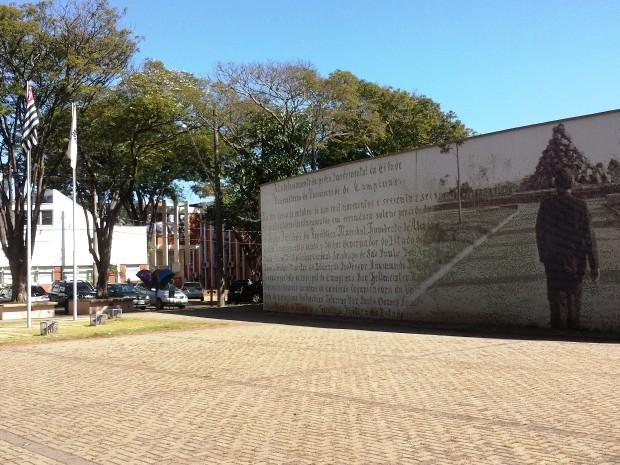 Praça em frente ao prédio da reitoria da Unicamp, em Campinas (Foto: Fernando Pacífico / G1 Campinas)