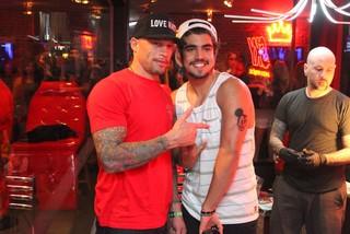 Caio Castro faz tatuagem com Ami James (Foto: Francisco Silva / AgNews)