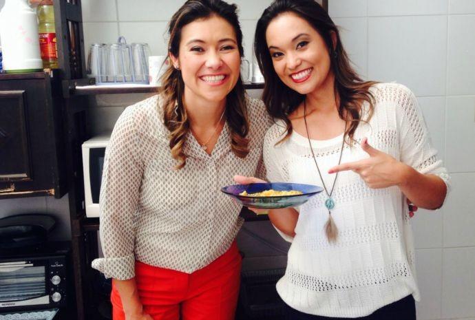 Cris Ikeda pediu a ajuda da Tammy de Andrade pra 'gourmetizar' o miojo de cada dia de uma república cheia de universitários (Foto: Reprodução / TV TEM)