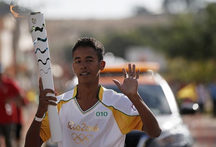 Gabriel Junior Carmo Cunha condutor vendendo tocha olímpica mercado livre (Foto: Divulgação/Rio 2016)