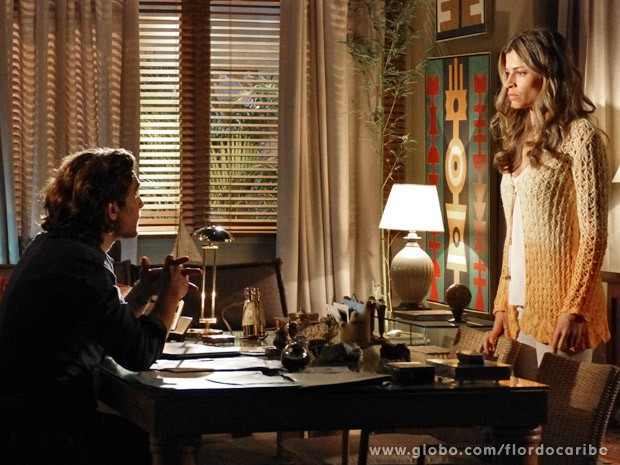 Alberto conta a Ester que recebeu intimação para depor sobre a guarda de Laurinha (Foto: Flor do Caribe/TV Globo)