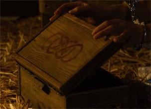 Tyler pega a Caixa do Infinito de Emily e descobre todos os seus segredos (Foto: Divulgação/Reprodução)