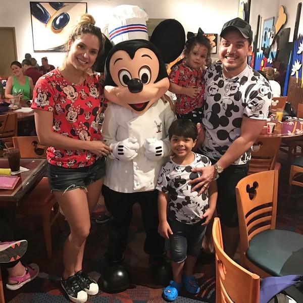 Wesley Safadão e Thyane Dantas fazem viagem em família para Disney