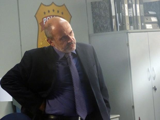Polícia bota José Alfredo na parede (Foto: Gshow)