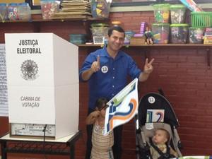 Felipe Peixoto vota com as duas filhas em Niterói (Foto: Carolina Lauriano/G1)