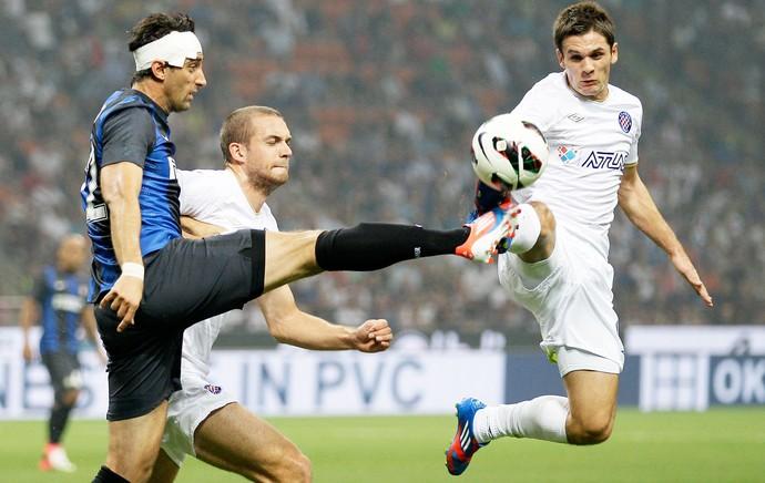 Milito e Mirkus. Inter x Hajduk Split (Foto: Agência AP)