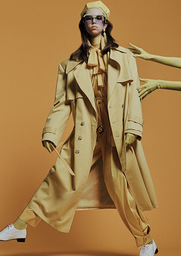 Trench coat, R$ 500, blazer, R$ 500, e boina, R$ 160, tudo Minha Avó Tinha; camisa, R$ 598, e calça, R$ 898, ambas A.Brand; top de gola alta, R$ 330, Jo de Mer. Óculos, R$ 1.640, Miu Miu; brincos, R$ 420, Vanda Jacintho (Foto: Gil Inoue)