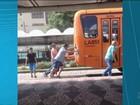 Vídeo flagra passageiros empurrando ônibus em Curitiba e viraliza na web