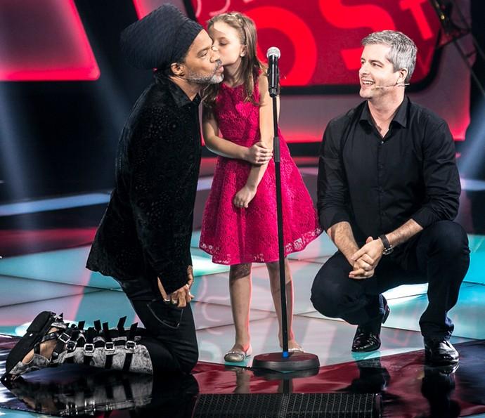 Rafa Gomes dá beijinho no rosto de Carlinhos Brown (Foto: Isabella Pinheiro/Gshow)
