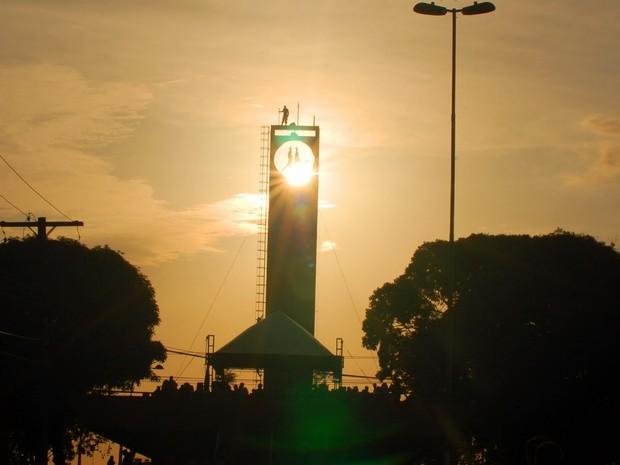 Fenômeno aconteceu precisamente às 17h44min, sendo observado no Marco Zero, em Macapá (Foto: Gabriel Penha/G1-AP)