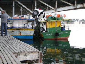 Carro caiu da ponte no Centro de Guarapari (Foto: Carlos Roberto de Carvalho/ VC no ESTV)