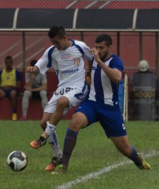 Jogadores disputam a bola na goleada do Nacional sobre o Barueri (Foto: Nacional FC)