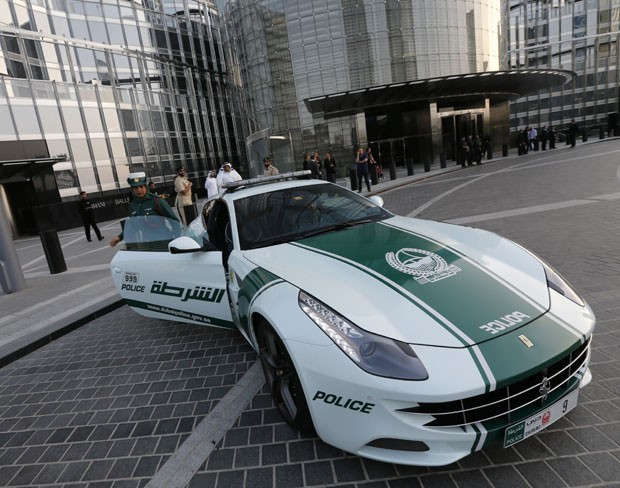 Após Lamborghini, polícia de Dubai exibe Ferrari para patrulhar as ruas (Foto: Karim Sahib/AFP)