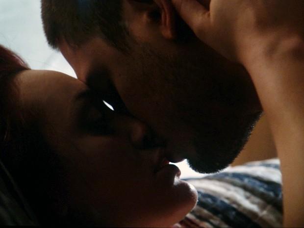 Du e Lucas se entregam à paixão (Foto: TV Globo)