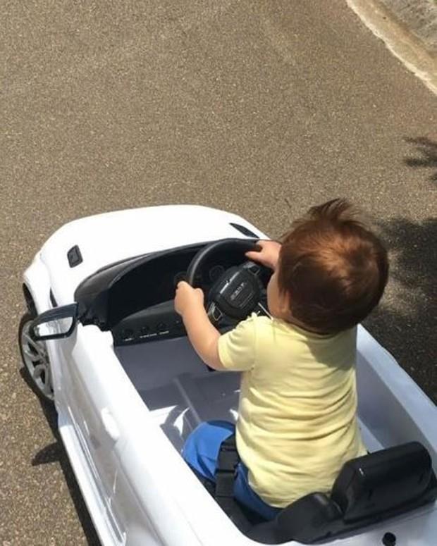 Adriana mostra o filho brincando em carrinho (Foto: Reprodução/Instagram)