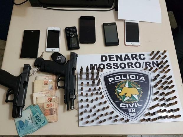 Armas e munições foram encontradas no fundo falso de um armário (Foto: Denarc Mossoró/ Cedida)