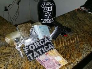 Arma e drogas apreendidas com o suspeito (Foto: Assessoria/Polícia Militar)