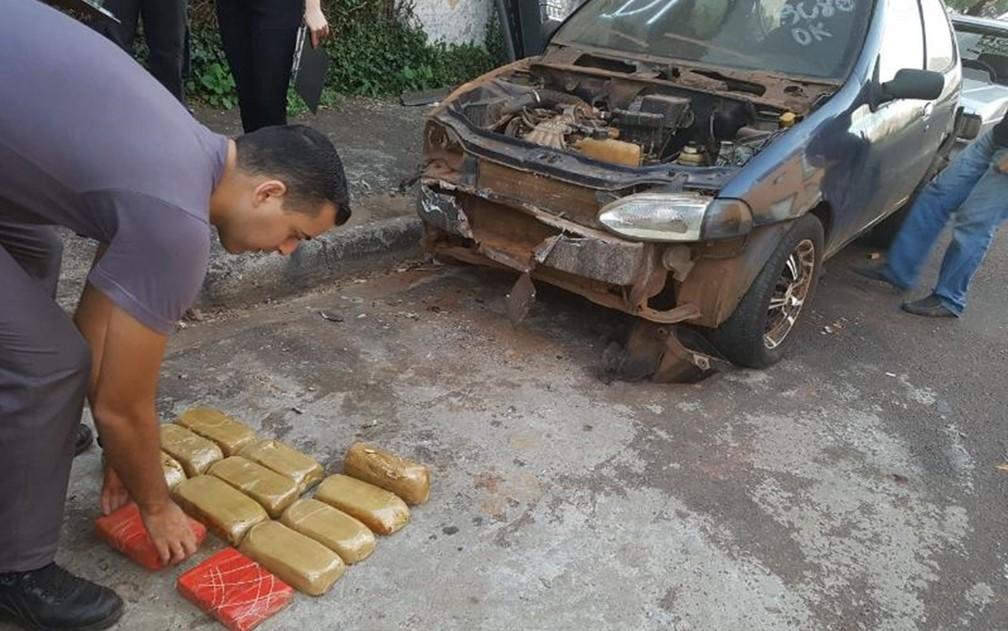 Mecânico encontra droga ao desmontar carro em Araçatuba  (Foto: Regional Press/Charles Caleb)