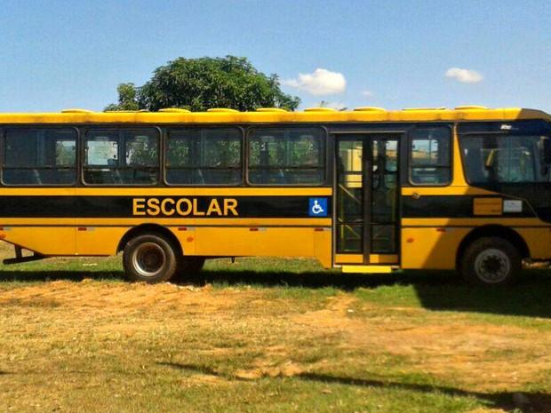 Ônibus foi danificado e teve peças roubadas em Porto Acre (Foto: Danielle Guedes/Arquivo Pessoal)