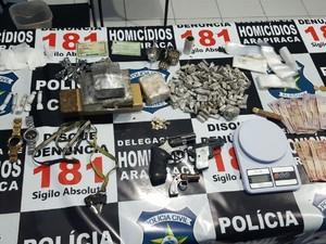 Foram apreendidas drogas em grande quantidade, 2 revólveres, dinheiro e outros materiais. (Foto: Divulgação/ Polícia Civil)