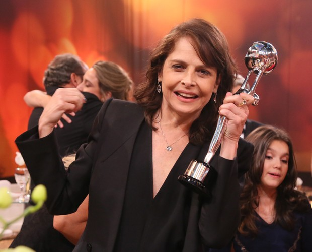 Drica Moraes posa com o seu troféu no lounge (Foto: Carol Caminha/ Gshow)