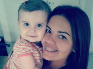 Aline e a netinha Anita, de 1 ano (Foto: Aline Ferreti/Arquivo pessoal)