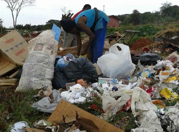 São João do Caiuá, na região noroeste do Paraná, ainda possui lixão a céu aberto. Cheiro é sentindo a distância (Foto: Wilson Del Passo/RPC TV)