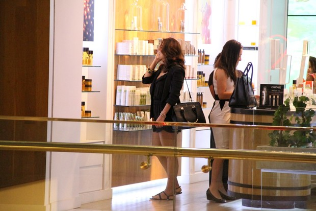 Juliana Paes no shopping com amiga (Foto: Wallace Barbosa/AgNews)
