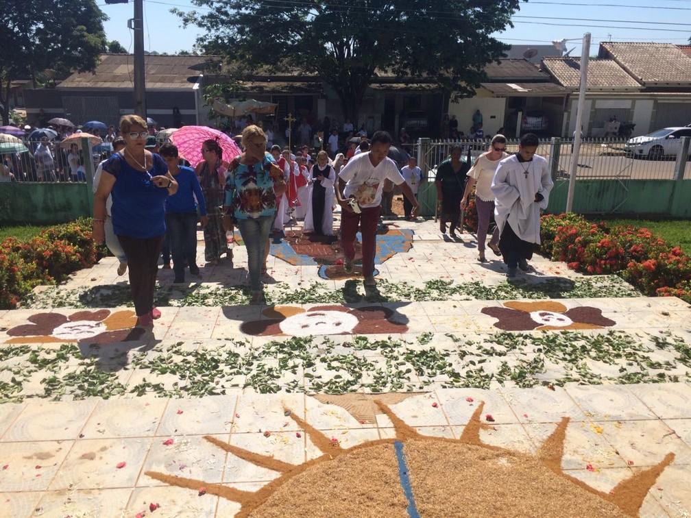 Fiéis participam de procissão em Ji-Paraná (Foto: Marco Bernardi/G1)