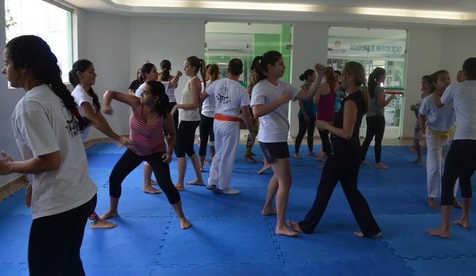 Alunas aplicam técnicas ensinadas no Seminário de Krav Maga em João Pessoa (Foto: Larissa Keren / GloboEsporte.com/pb)
