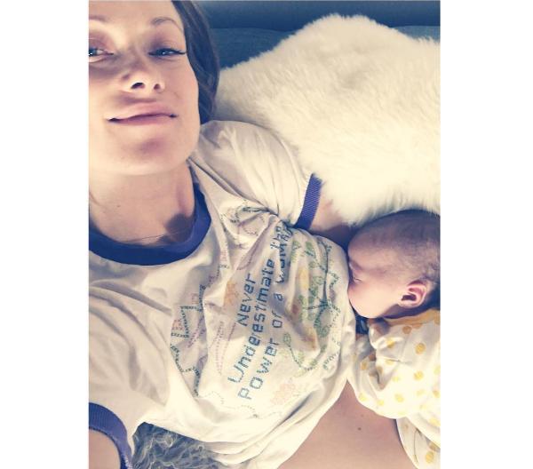 A atriz Olivia Wilde com a filha recém-nascida (Foto: Instagram)