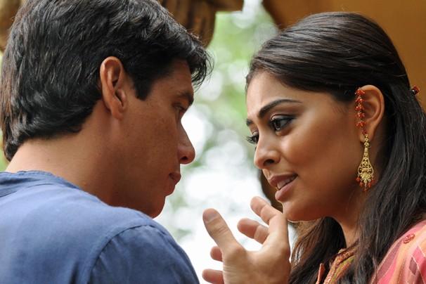 Em um impulso, Maya abraça Bahuan e declara que está disposta a ficar a seu lado (Foto: CEDOC Globo)