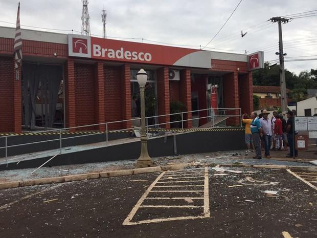 Agências bancárias foram destruídas em Iepê (Foto: David de Tarso/ TV Fronteira)