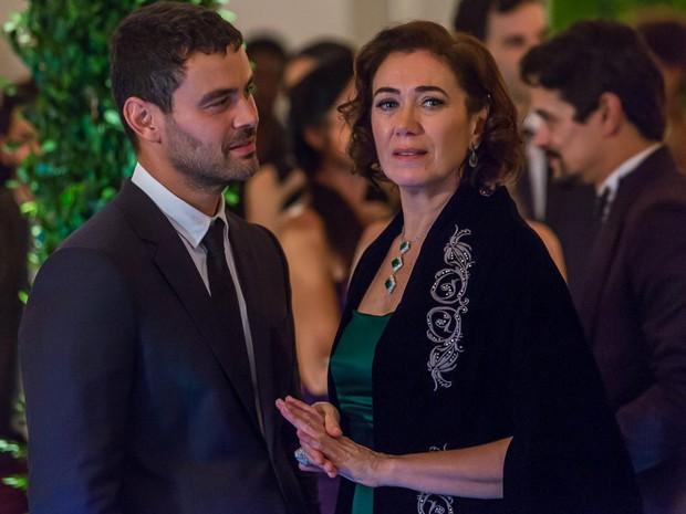Maria Marta não gosta de ver a proximidade de Cristina e Zé (Foto: Artur Meninea/GShow)