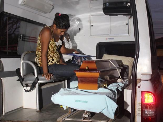 Mãe chora a morte da filha ao lkado do caixão (Foto: Ellyo Teixeira/G1)