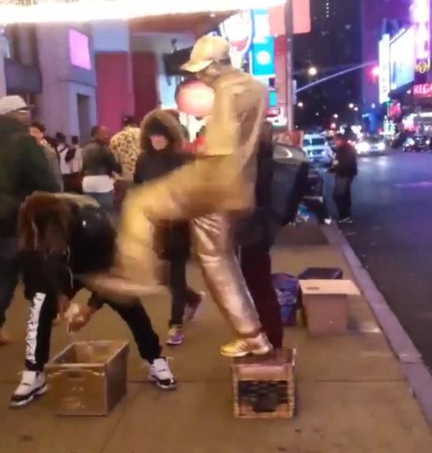'Estátua humana' chutou rapaz que tentou 'roubar' seu dinheiro (Foto: Reprodução/Reddit/Lionhearth21)