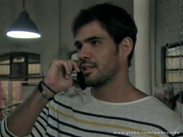 Ninho escuta pedido de Aline (Foto: Amor à Vida/ TV Globo)