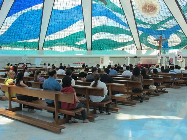 Missa de sétimo de dia de Oscar Niemeyer foi celebrada na Catedral Metropolitana de Brasília, na manhã desta quarta-feira (12). Estiveram presentes familiares e admiradores do arquiteto, além do governador do Distrito Federal, Agnelo Queiroz. (Foto: Willian Farias/ G1)