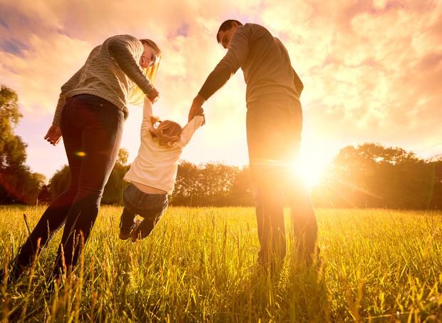 Homem e mulher têm relações assimétricas com o bebê. Não vale apenas dividir as tarefas por dois. (Foto: Thinkstock)