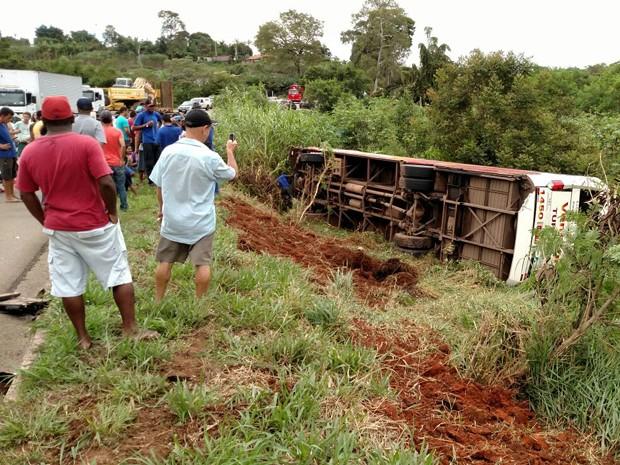 Ônibus, tombamento, BR-459, Pouso Alegre (Foto: Redes Sociais)