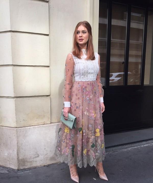 A atriz em sua chegada ao Hôtel Salomon de Rothschild, local do desfile (Foto: Bruno Astuto)