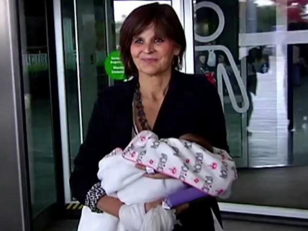 Lina Alvarez, de 62 anos, deixa o hospital com seu recém-nascido  (Foto: Atlas TV / Via AP)