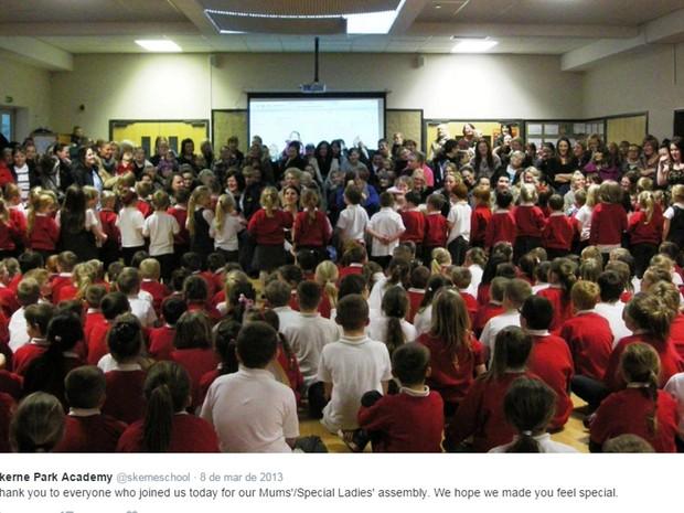 Evento na Skerne Park Academy, uma escola de ensino fundamental em Darlington, no nordeste da Inglaterra (Foto: Reprodução/Twitter)