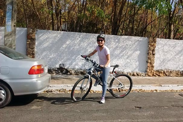 Aline Moreira usou o bike para mostrar dificuldades que o ciclistas enfrentam no trânsito (Foto: Rede Clube)