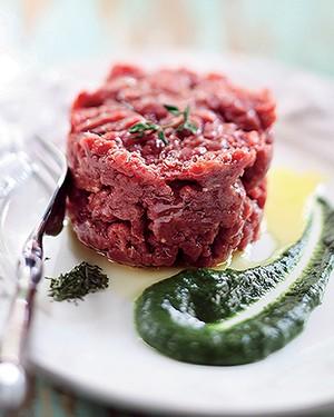 Carne cruda com salsa verde (Foto: Rogério Voltan/Editora Globo)