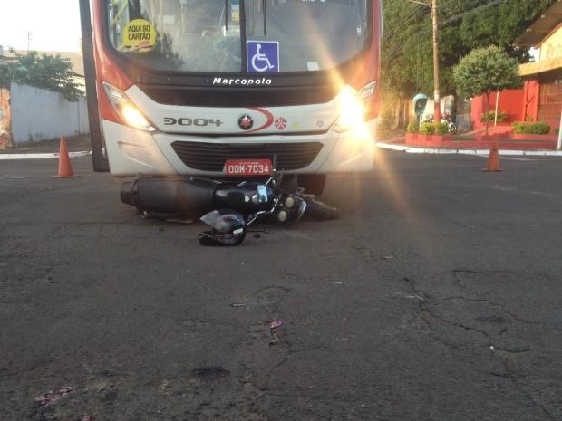 Moto foi arrastada e quase parou embaixo do ônibus (Foto: Nadyenka Castro/G1 MS)